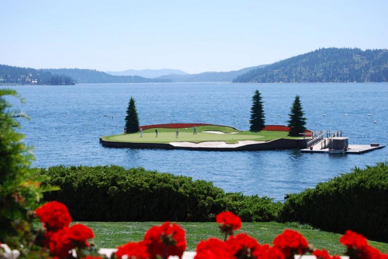 Sân golf  tọa lạc giữa hồ độc nhất trên thế giới