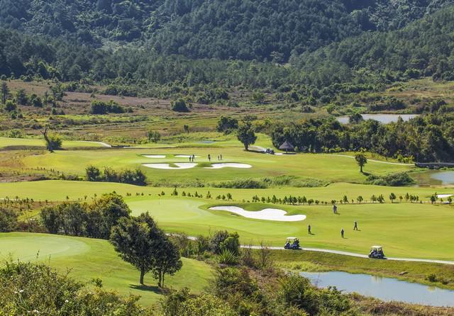 Tee off sân golf Đà Lạt 1200 18 hố cuối tuần