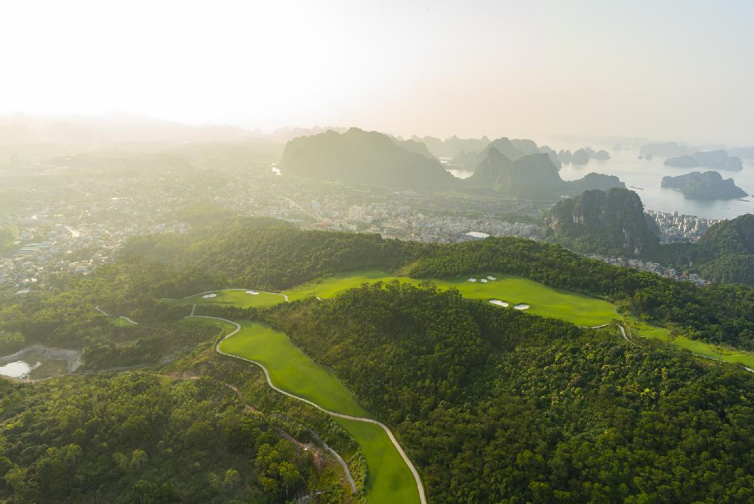 Sân Golf FLC Hạ Long 18 hố cho khách quần thể khách sạn trong tuần
